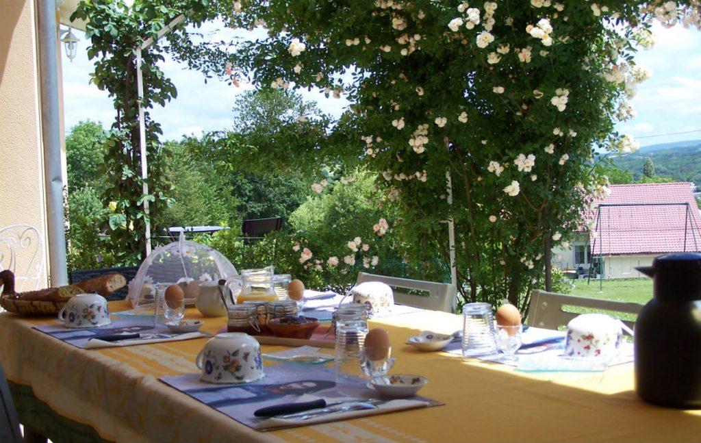 """Petit Déjeuner en terrasse aux chambres d'hôtes """"Aux 4 Saisons"""" en Ariège Pyrénées"""