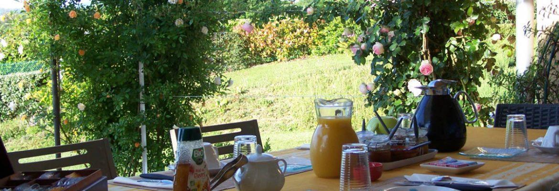 """Petit déjeuner en terrasse, vue sur le jardin, """"Aux 4 saisons"""" en Ariège Pyrénées"""