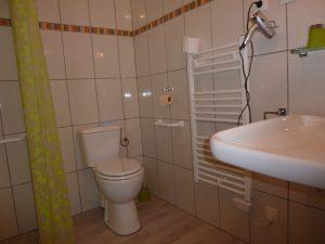 """Salle de bain adaptée personne à mobilité réduite en Ariège Pyrénées, Chambres d'hôtes """"Aux 4 Saisons"""""""